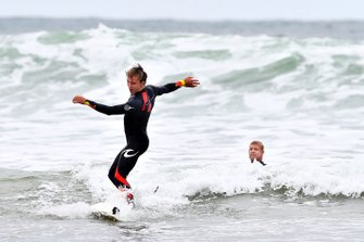 Pierre Gasly, Red Bull Racing, se prépare à aller surfer avec Mick Fanning