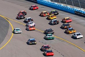 Kyle Busch, Joe Gibbs Racing, Toyota Camry SKITTLES and Clint Bowyer, Stewart-Haas Racing, Ford Mustang ITsavvy restart