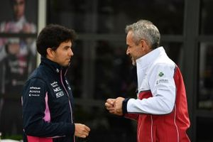 Sergio Pérez, Racing Point Force India VJM11, habla con el director del equipo Beat Zehnder, Sauber