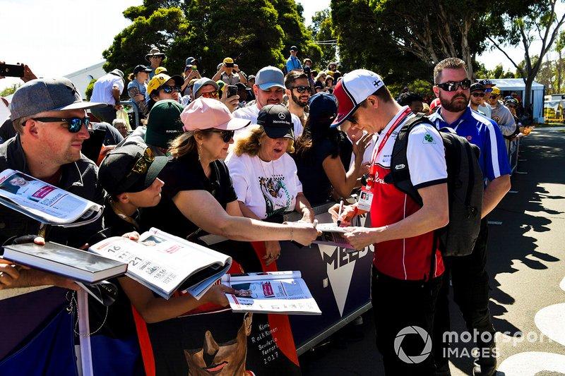Kimi Raikkonen, Alfa Romeo Racing, firma autografi ai tifosi