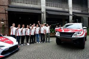 Para pembalap Toyota Team Indonesia bersama President Director TRD Indonesia Toshio Obara, Executive General Manager PT Toyota-Astra Motor, Franciscus Soerjopranoto, dan Direktur Toyota Team Indonesia, Memet Djumhana