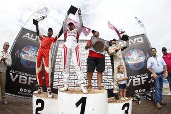 Podio: ganador Fernando Etchegorry, segundo lugar Frederick Balbi y tercer lugar Horacio García