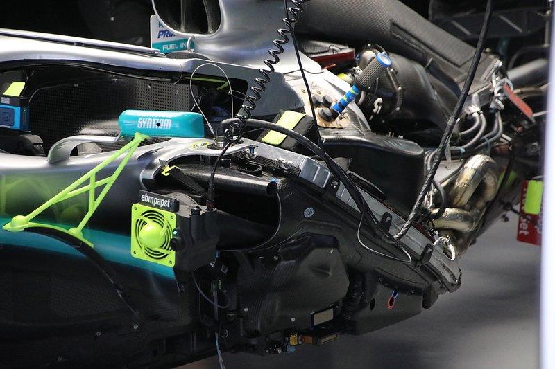 Mercedes W10: Kühler