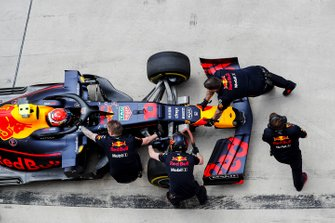 Red Bull mechanics in the pit lane with Pierre Gasly, Red Bull Racing RB15