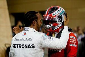 Lewis Hamilton, Mercedes AMG F1, vainqueur, réconforte Charles Leclerc, Ferrari, troisième, dans le Parc Fermé