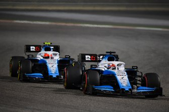 George Russell, Williams Racing FW42, precede Robert Kubica, Williams FW42