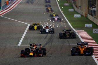 Max Verstappen, Red Bull Racing RB15, voor Carlos Sainz Jr., McLaren MCL34, Kevin Magnussen, Haas F1 Team VF-19, en Kimi Raikkonen, Alfa Romeo Racing C38
