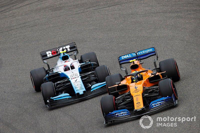 Lando Norris, McLaren MCL34, precede Robert Kubica, Williams FW42