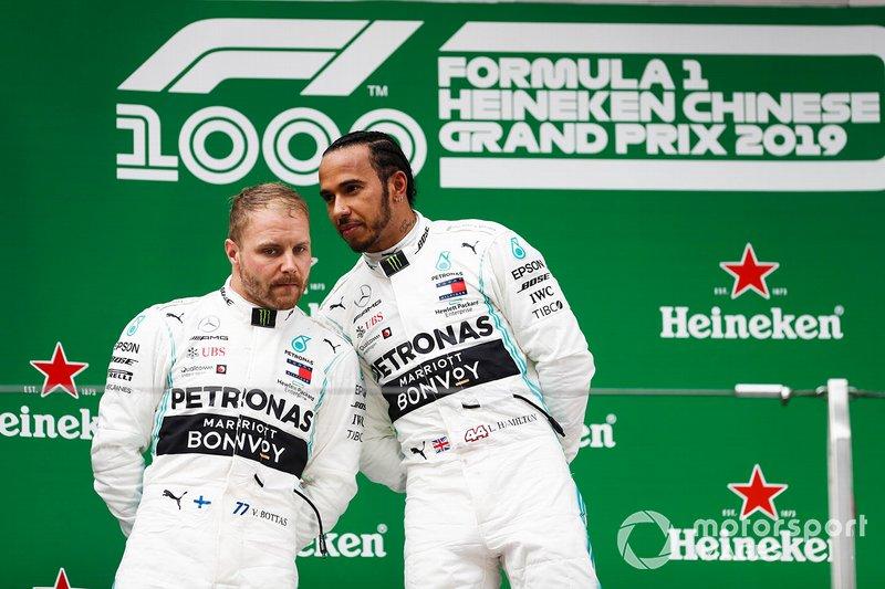 Lewis Hamilton, Mercedes AMG F1 y Valtteri Bottas, Mercedes AMG F1 celebran en el podio