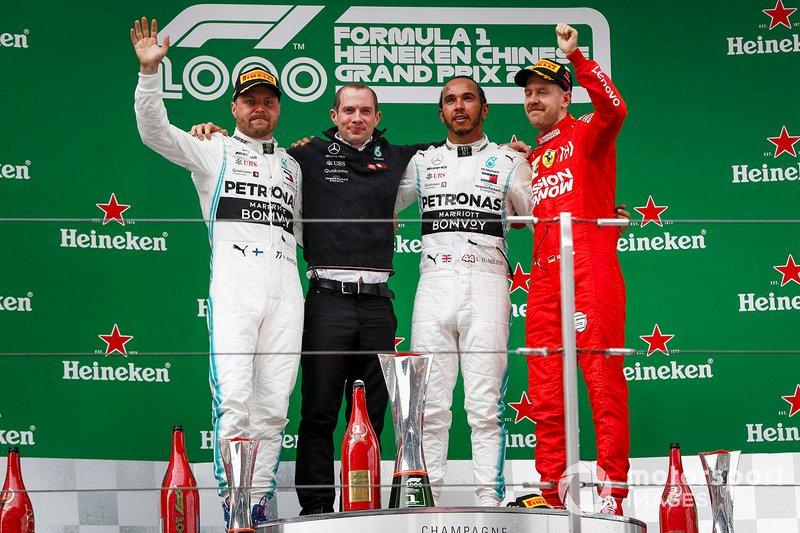 Podio: il vincitore dela gara Lewis Hamilton, Mercedes AMG F1, il secondo classificato Valtteri Bottas, Mercedes AMG F1 e il terzo classificato Sebastian Vettel, Ferrari, festeggiano sul podio