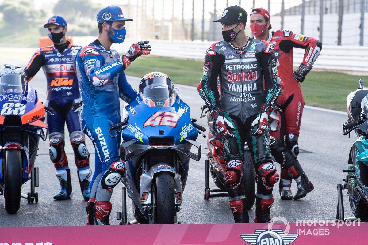 Fabio Quartararo, Petronas Yamaha SRT mira la moto de Alex Rins, Team Suzuki MotoGP