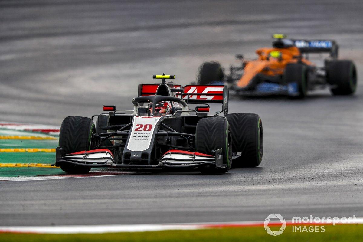 Kevin Magnussen, Haas VF-20, Lando Norris, McLaren MCL35