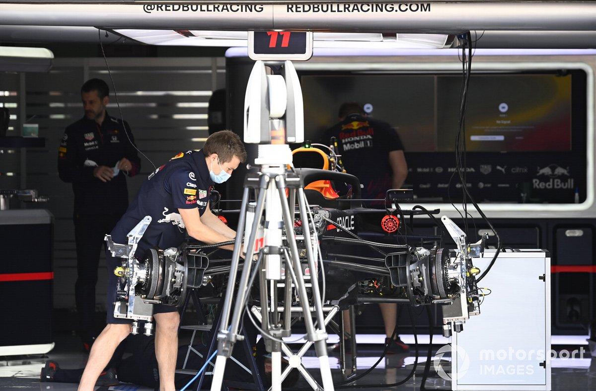 Frenos delanteros y suspensión del Red Bull Racing RB16B