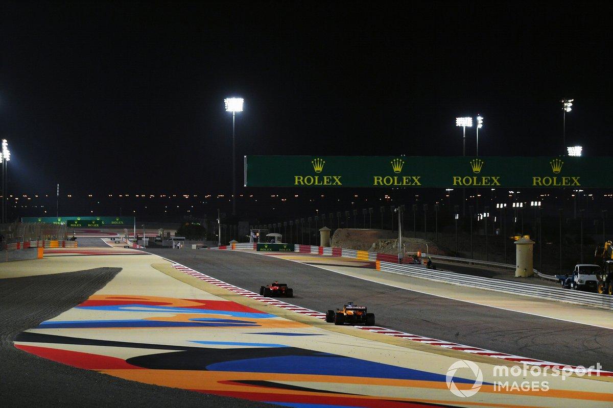 Carlos Sainz Jr., McLaren MCL35, sigue a un Ferrari