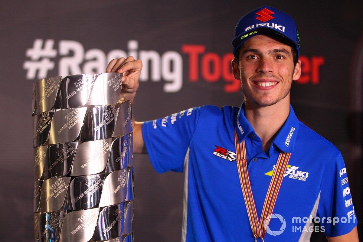 Campeón del mundo 2020 de MotoGP, Joan Mir, Team Suzuki MotoGP, con su trofeo