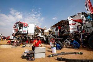 Mechanics working on the #508 Hino Team Sugawara: Teruhito Sugawara, Hirokazu Somemiya, Yuji Mochizuki