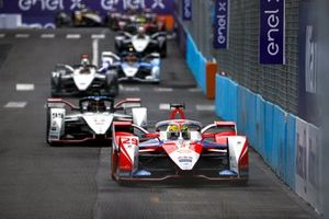 Борьба на трассе по ходу гонки