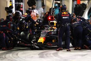 Sergio Perez, Red Bull Racing RB16B, makes a stop
