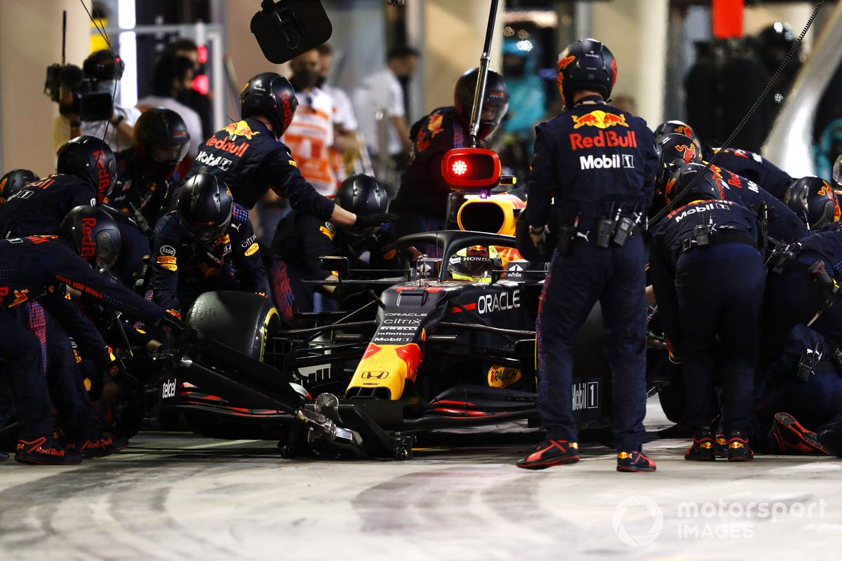 Sergio Perez, Red Bull Racing RB16B, pitstop