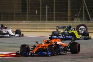 Carlos Sainz Jr., McLaren MCL35, Daniel Ricciardo, Renault F1 Team R.S.20, Daniil Kvyat, AlphaTauri AT01