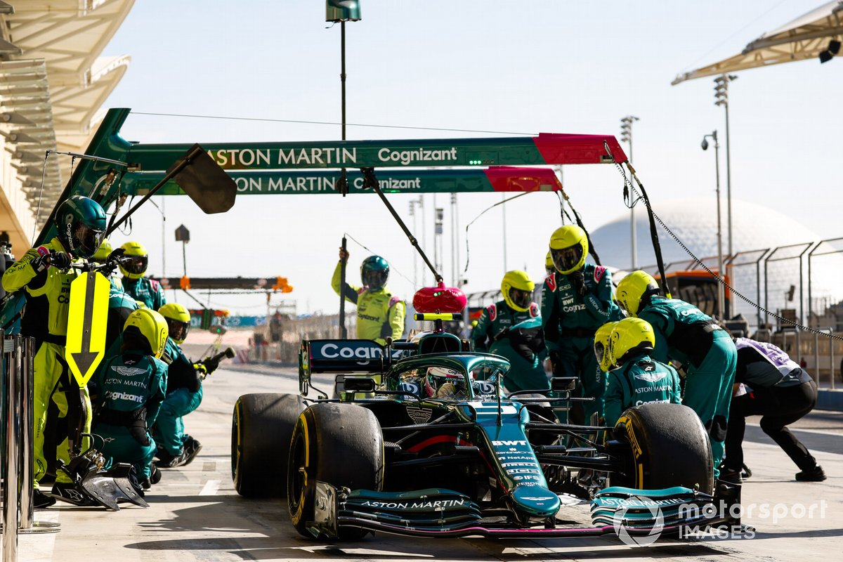 Sebastian Vettel, Aston Martin AMR21, se aleja tras una parada en boxes