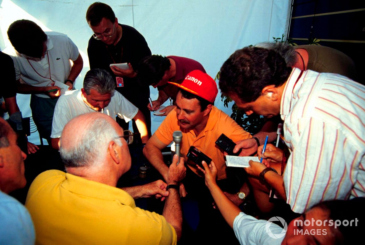 Murray had a strong bond with compatriot Nigel Mansell. He's pictured leading a media roundtable with the 1992 world champion-elect.