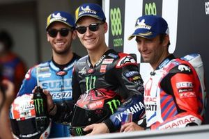 Ganador de la pole Fabio Quartararo, Yamaha Factory Racing, Alex Rins, Team Suzuki MotoGP, Johann Zarco, Pramac Racing parc ferme