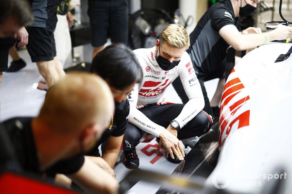 Mick Schumacher, Haas F1, si inginocchia vicino alla sua auto