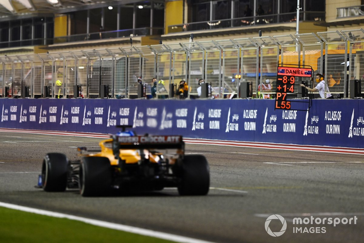 Un pitboard mostrato a Daniel Ricciardo, McLaren MCL35M
