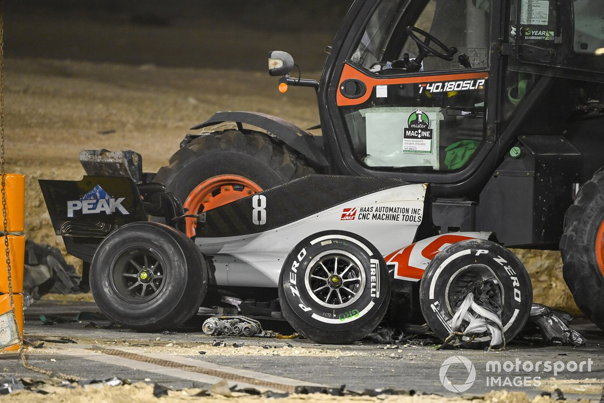 I commissari rimuovono i resti dell'auto di Romain Grosjean, Haas VF-20, dopo l'incidente