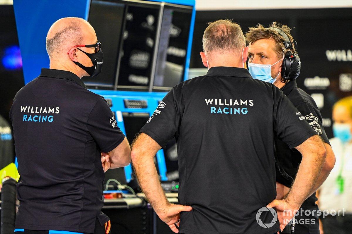 Los miembros del equipo de Williams Racing en el paddock