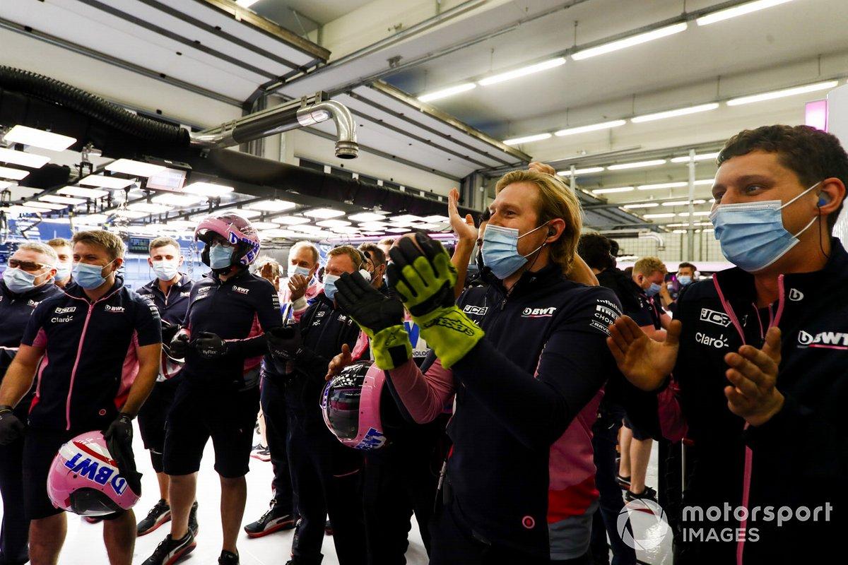 El equipo Racing Point celebra en el garaje tras conseguir la pole Lance Stroll, Racing Point