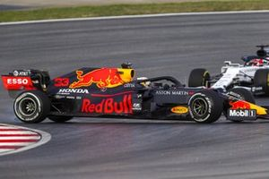 Max Verstappen, Red Bull Racing RB16, en Daniil Kvyat, AlphaTauri AT01