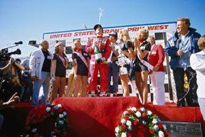Podio: el ganador de la carrera Clay Regazzoni, Ferrari y el tercer lugar Patrick Depallier, Tyrrell