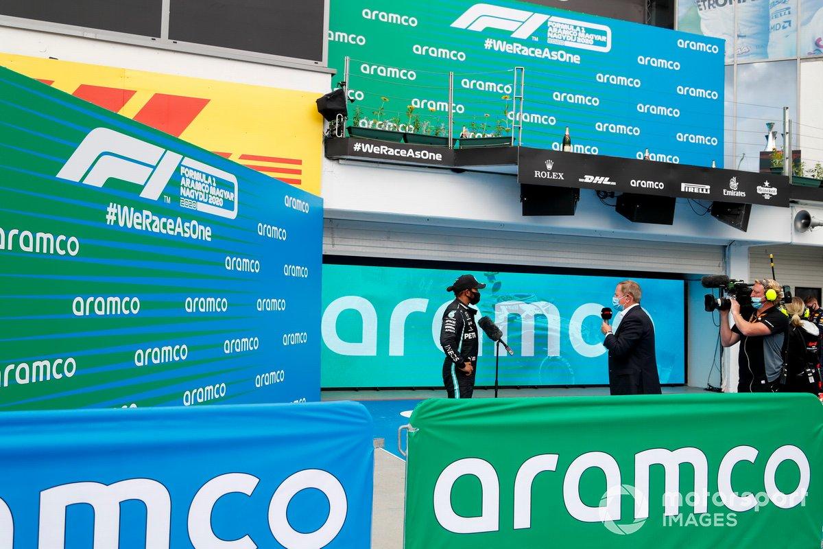 Ganador de la carrera Lewis Hamilton, Mercedes-AMG Petronas F1 habla con Martin Brundle, Sky TV en Parc Ferme
