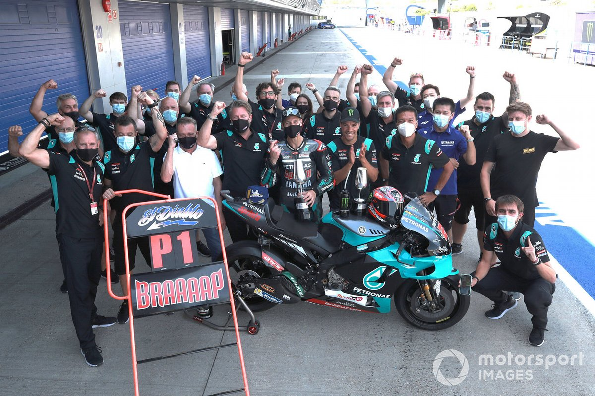 El ganador de la carrera Fabio Quartararo, Petronas Yamaha SRT celebra con el equipo