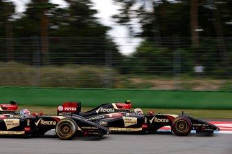 Pastor Maldonado, Lotus E22 Renault, leads Romain Grosjean, Lotus E22 Renault