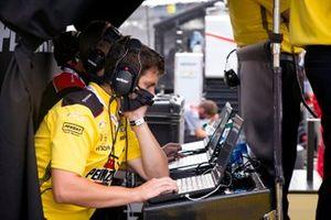 Helio Castroneves, Team Penske Chevrolet, engineers