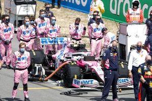 Los mecánicos están en la parrilla con el coche de Lance Stroll, Racing Point RP20