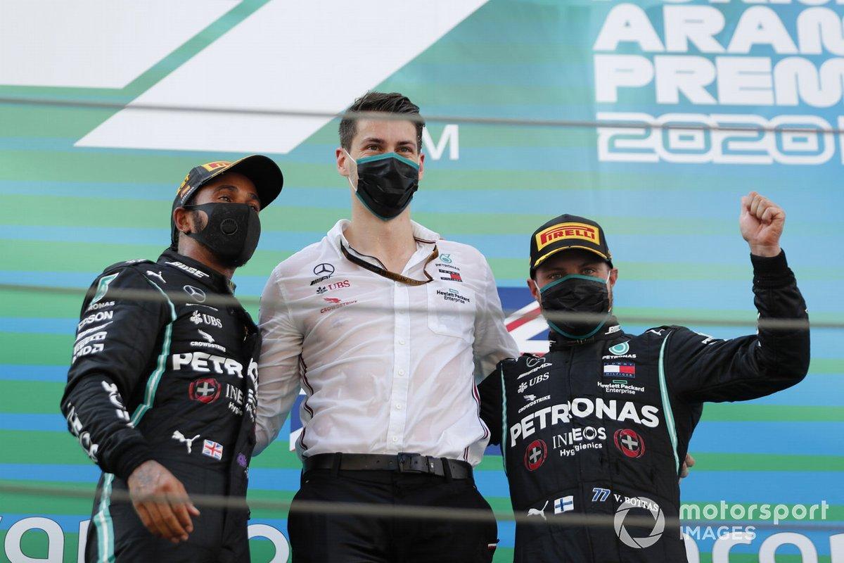Lewis Hamilton, Mercedes-AMG Petronas F1, primo classificato, e Valtteri Bottas, Mercedes-AMG Petronas F1, terzo classificato, sul podio con il delegato del trofeo Mercedes