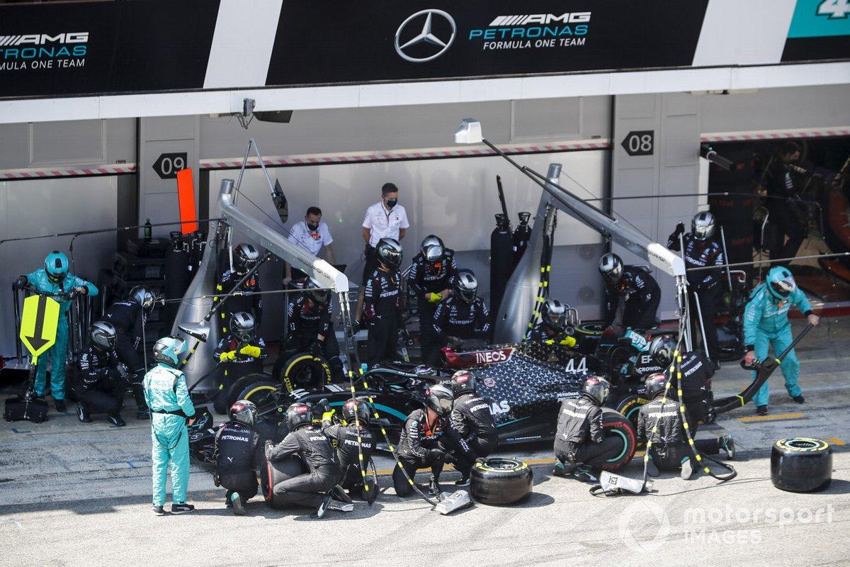 Lewis Hamilton, Mercedes F1 W11, fa un pit stop