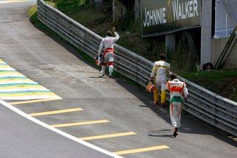 Jarno Trulli, Toyota TF109, Fernando Alonso, Renault R29, y Adrian Sutil, Force India VJM02 Mercedes, regresan caminando