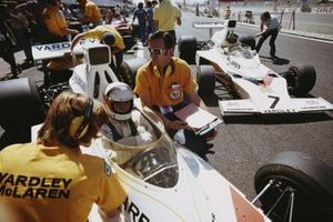 Engineer Phil Kerr, Jody Scheckter, McLaren M23 Ford, and Denny Hulme, McLaren M23 Ford