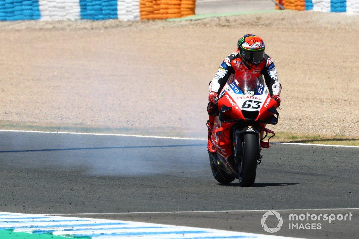 La moto de Francesco Bagnaia, Pramac Racing con humo