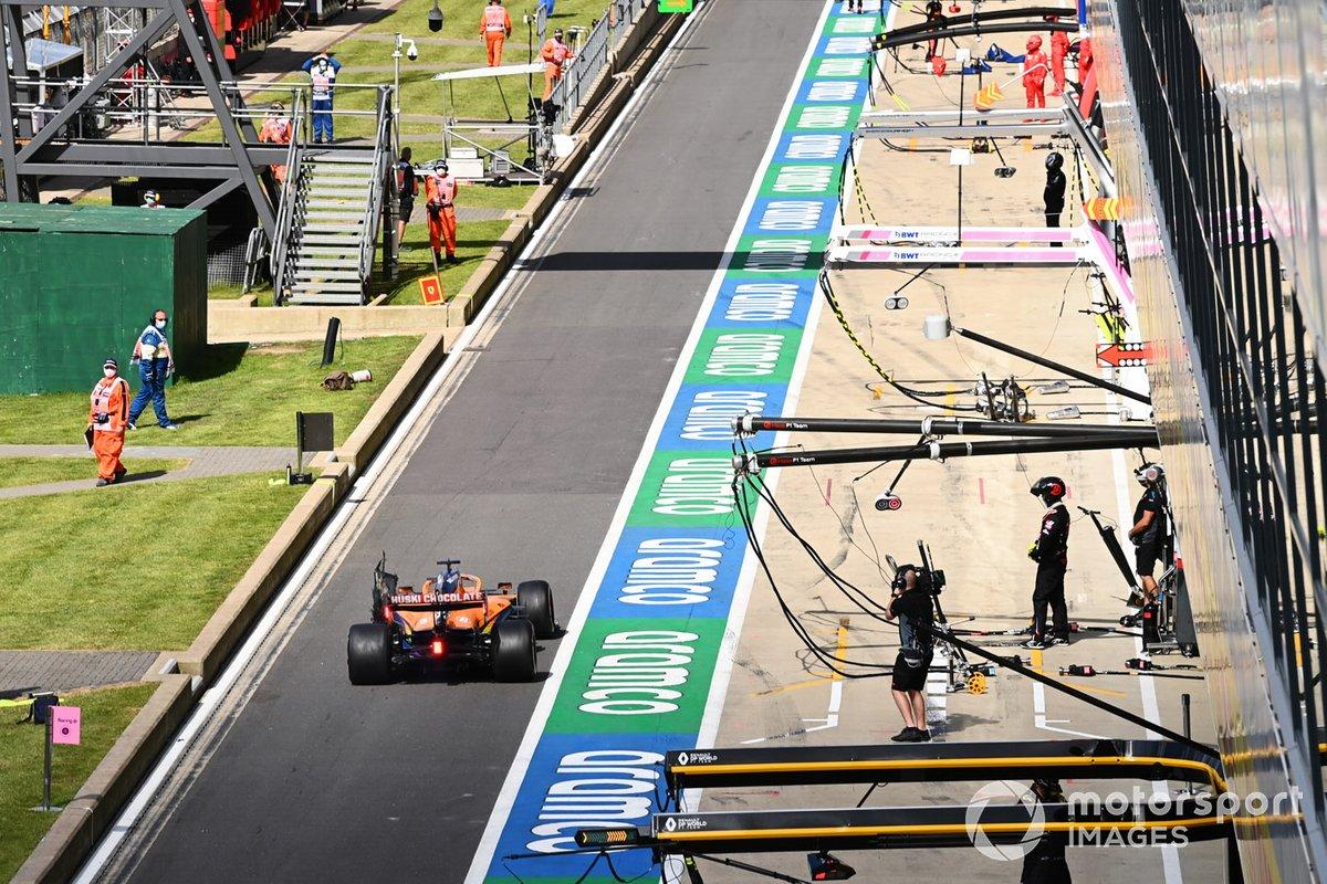 Carlos Sainz Jr., McLaren MCL35, en pits por un neumático pinchado