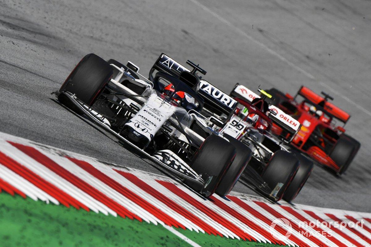 Daniil Kvyat, AlphaTauri AT01, precede Antonio Giovinazzi, Alfa Romeo Racing C39, e Sebastian Vettel, Ferrari SF1000