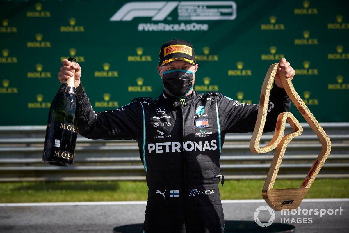 Valtteri Bottas, Mercedes AMG F1, celebra con su champán y su trofeo en los pits