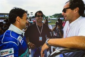 Jean Alesi speaks to Actor Sylvester Stallone and Gerhard Berger on the grid