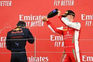 Podio: ganador Yuki Tsunoda, Carlin, segundo lugar Mick Schumacher, Prema Racing