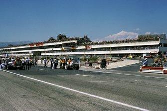 El impresionante complejo de boxes de Paul Ricard estaba lleno de espectadores para el inicio de la carrera